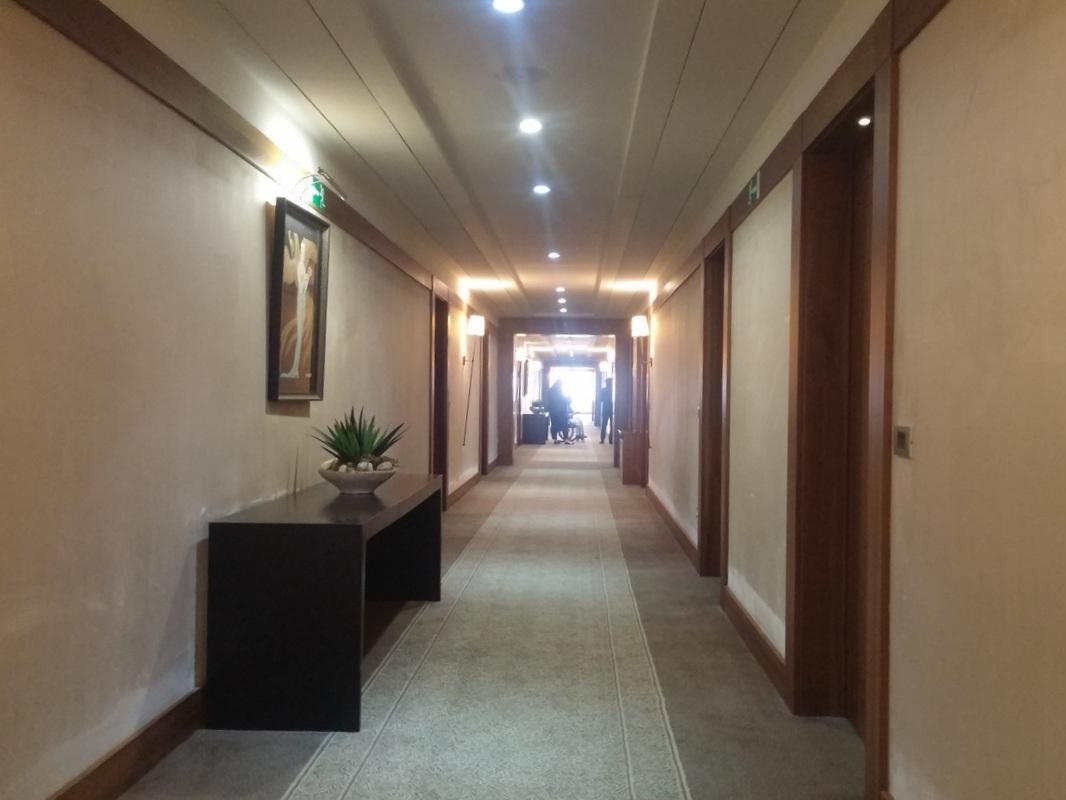 Širina hotelskega hodnika