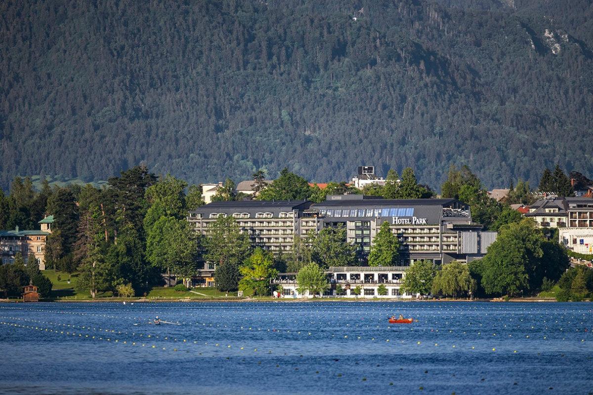 Pogled na Hotel Park z jezera.