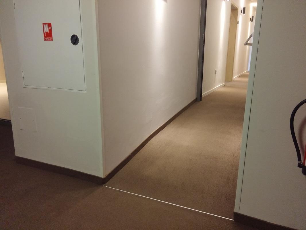 Klančina na hodniku.