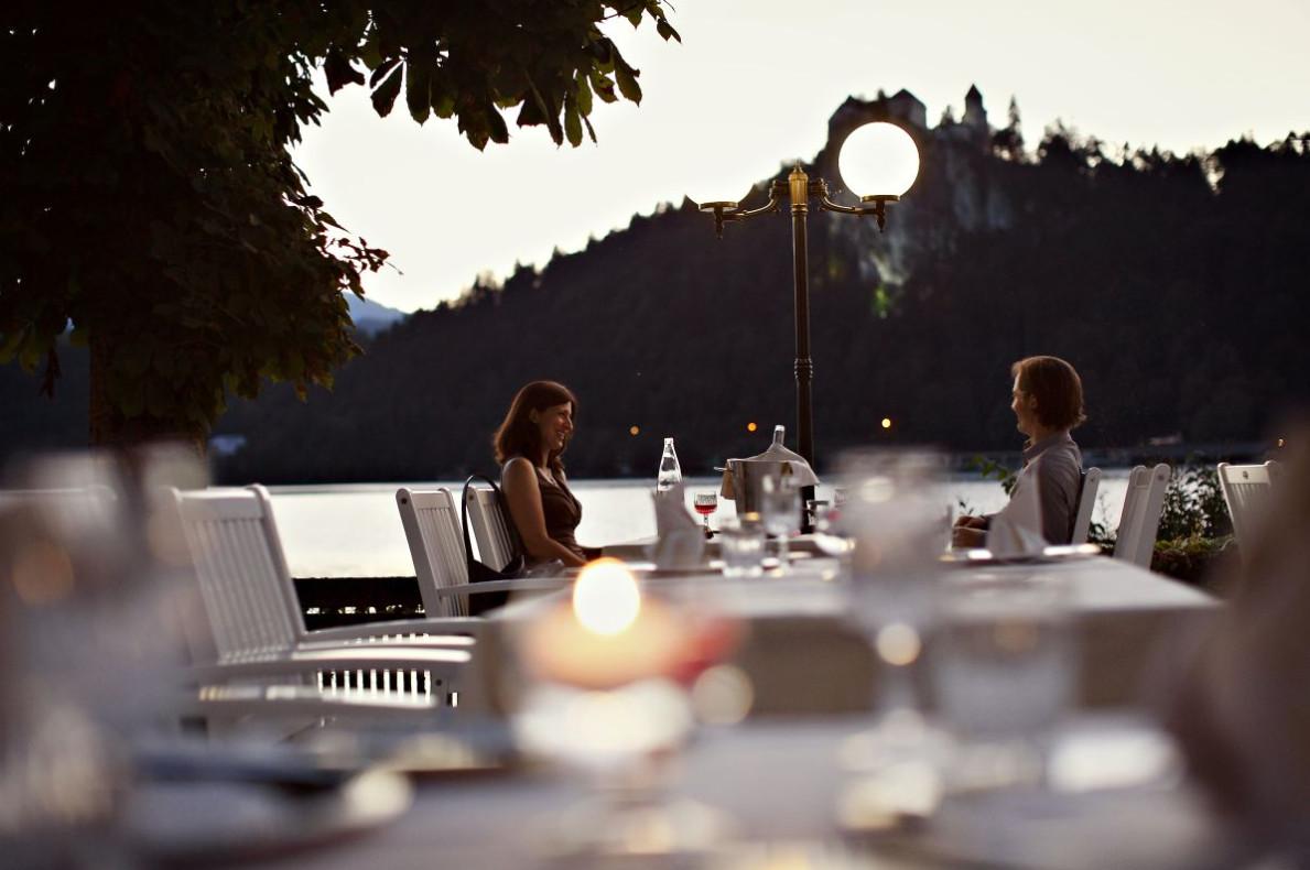 Večerja na zunanji terasi.