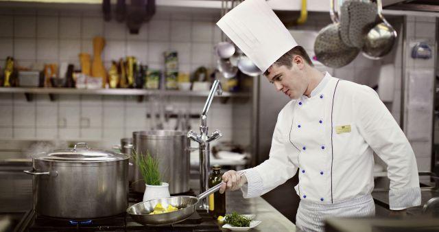 Kuharski šef Simon Bertoncelj pri delu.