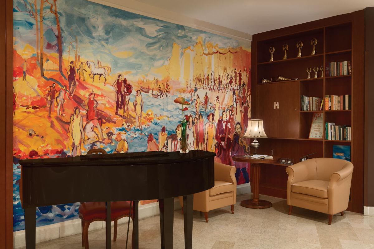 Prostor s klavirjem in knjižnico