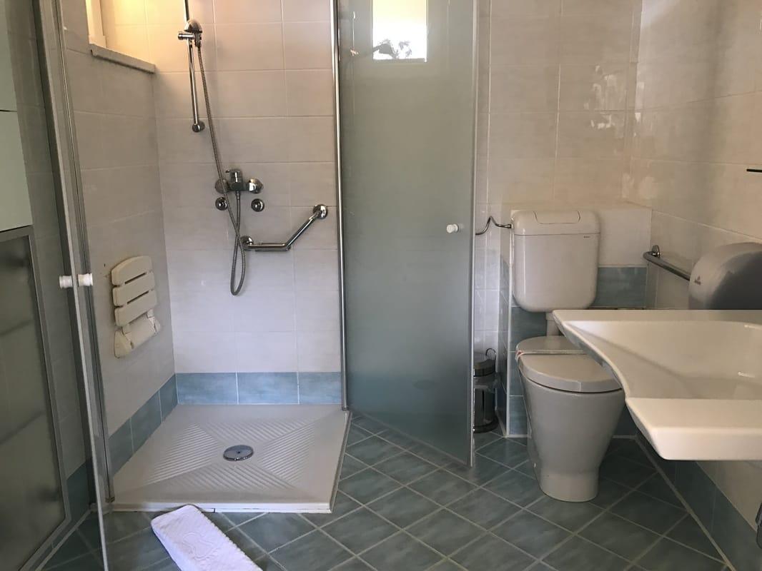 Skoraj povsem prilagojena kopalnica