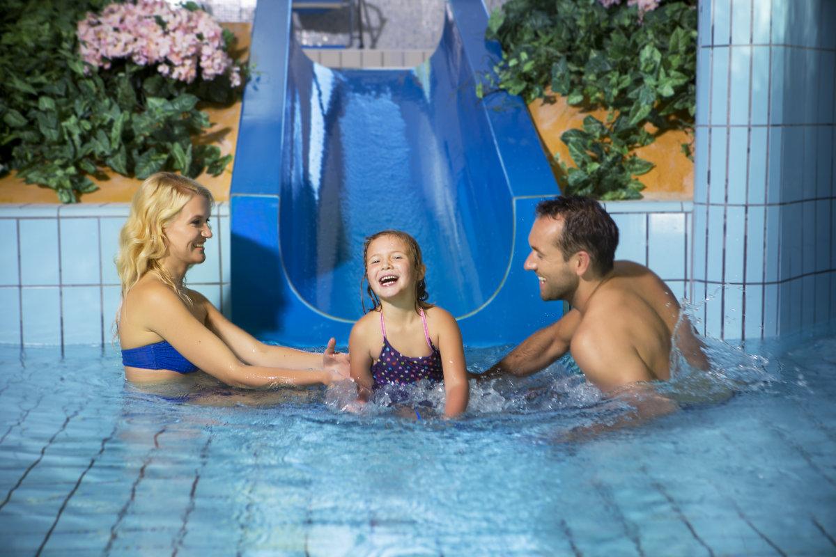 Otroški bazen s toboganom.