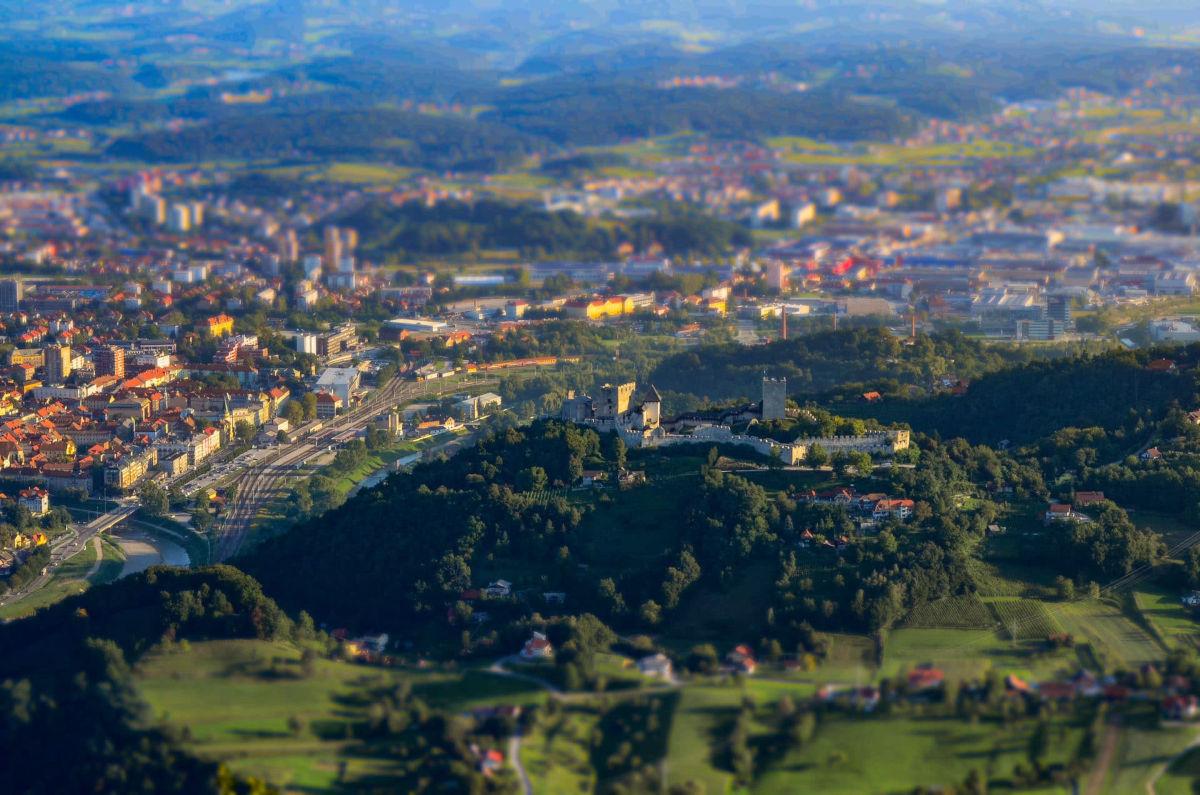 Grad stoji nad mestom