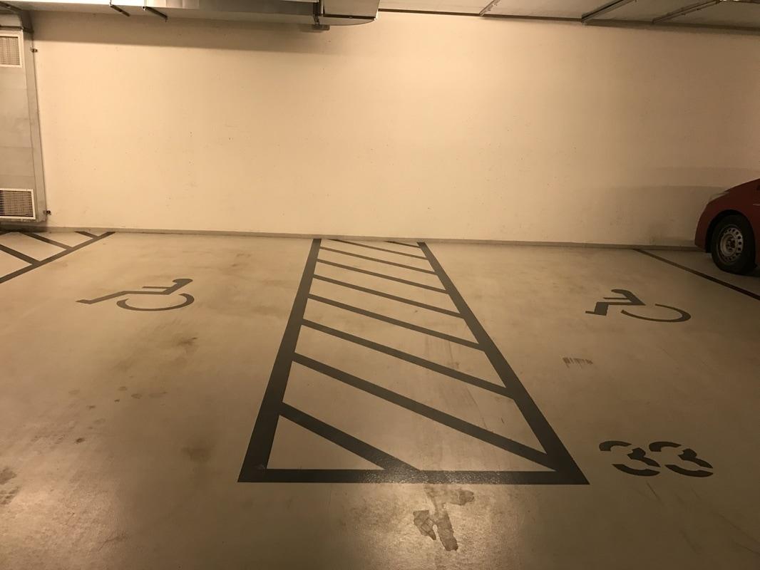 Invalidska parkirna mesta v garaži