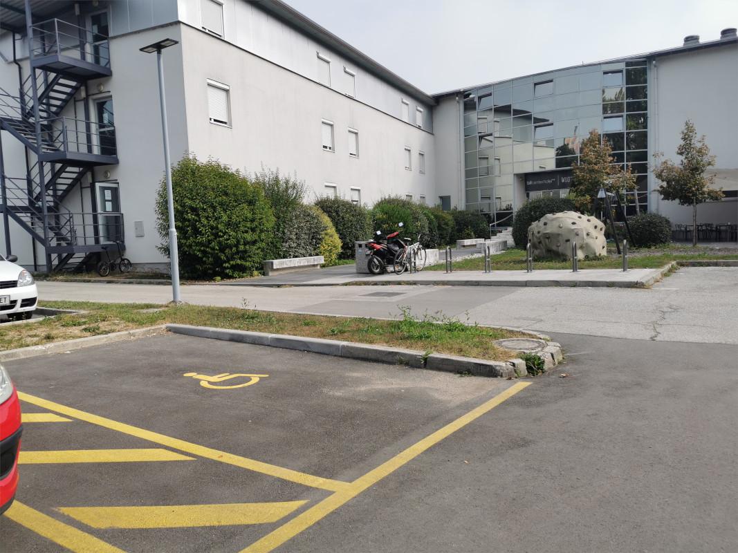 Parkirišče pred Bit centrom