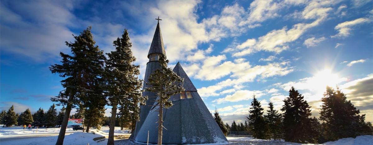 V bližini se nahaja zanimiva cerkev