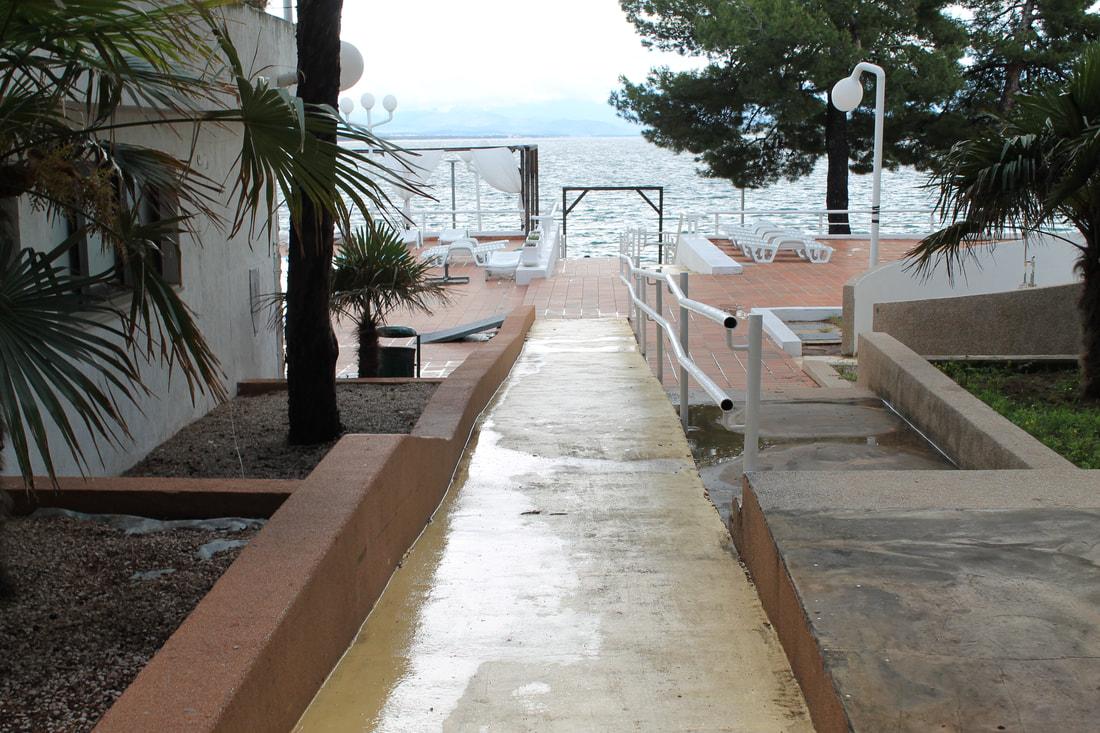 Klančina, ki vodi k bazenu in na plažo