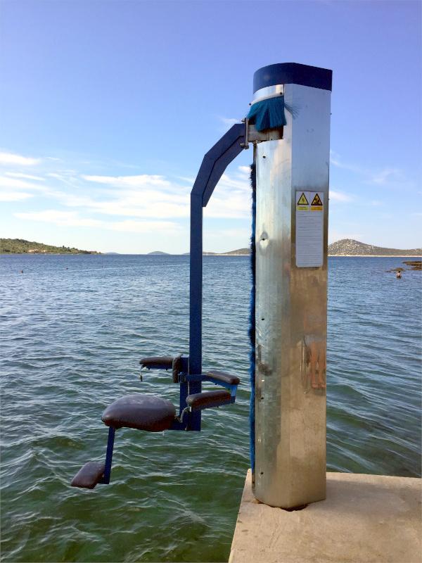 Fiksno dvigalo za dostop v vodo