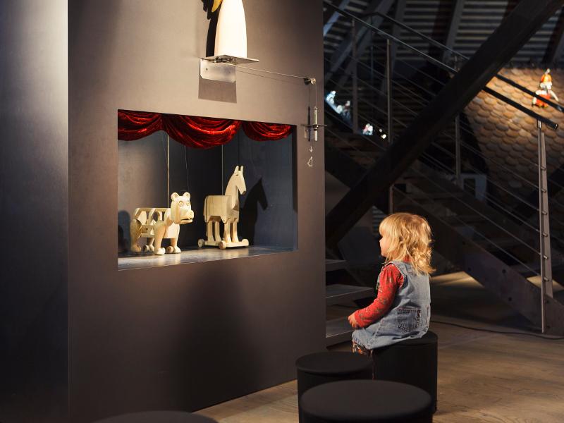 Na lutkovno predstavo spominjajo tudi vitrine
