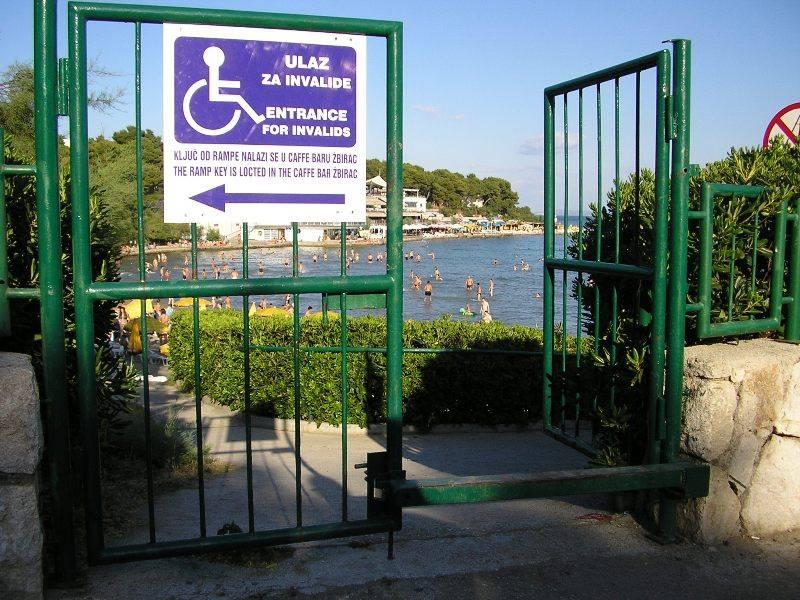 Prehod za invalidne osebe je postavljen posebej