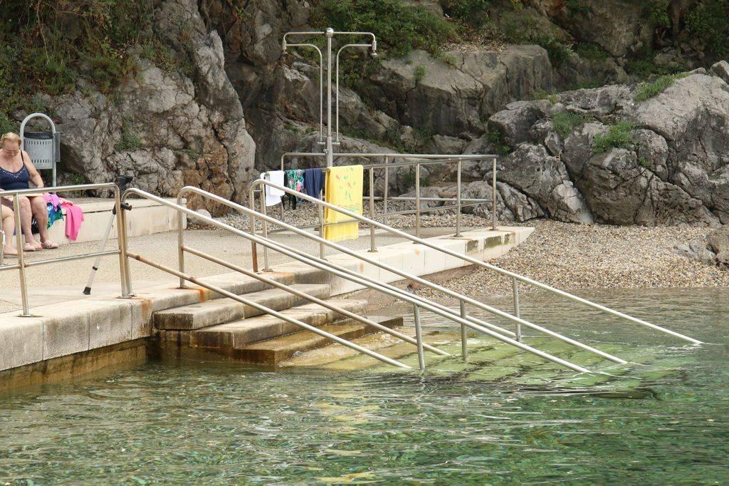 Stopnice v vodo