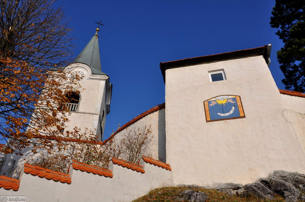 Cerkev s sončno uro