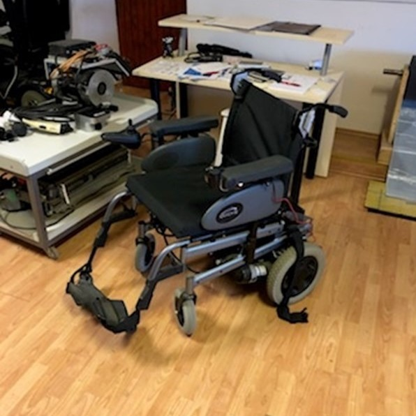 Predelan invalidski voziček.