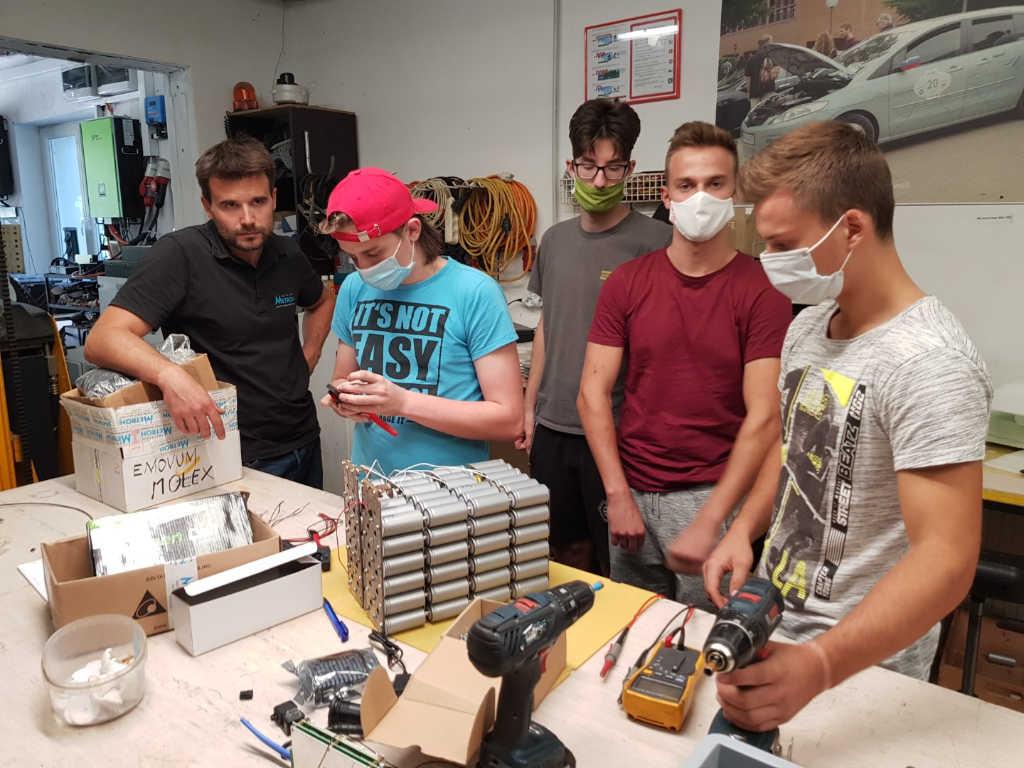 Učenci pod nadzorom mentorja opravljajo delo