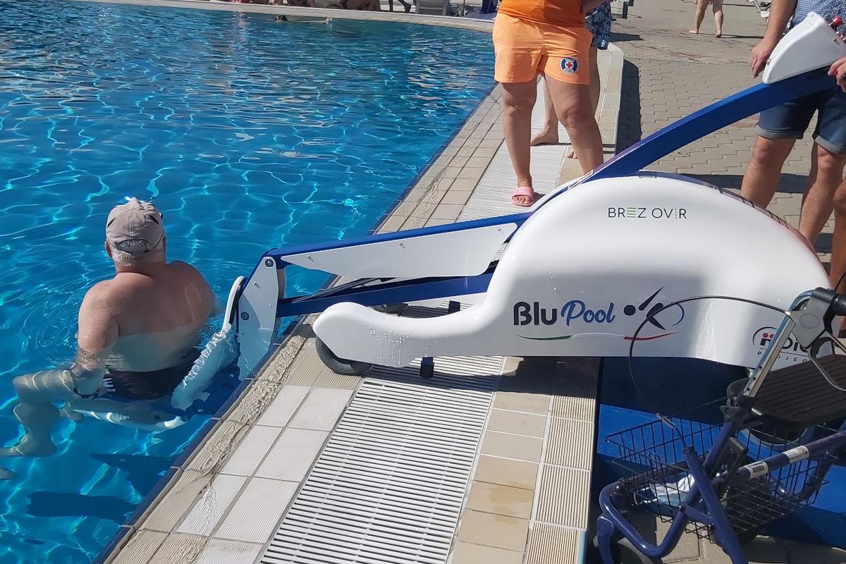 Uporabnik je spuščen v vodo