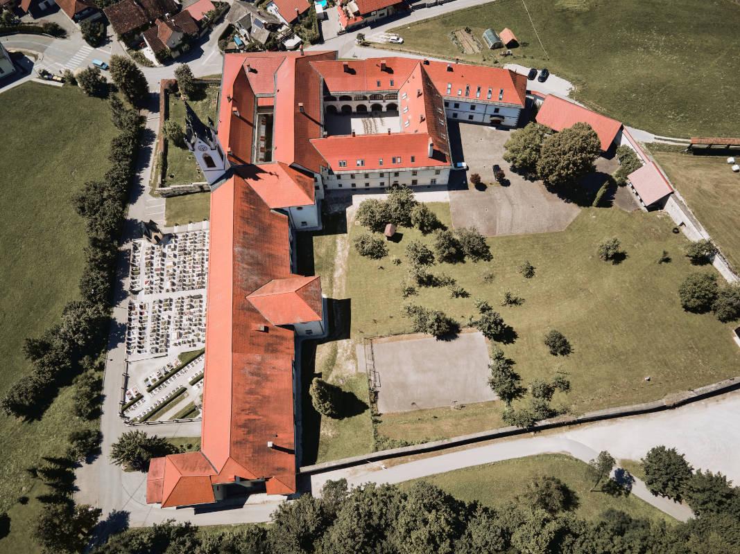 Mekinjski samostan iz zraka