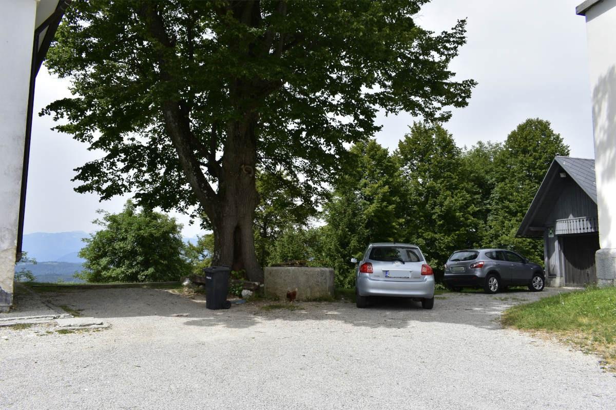 Parkirišče ob cerkvi