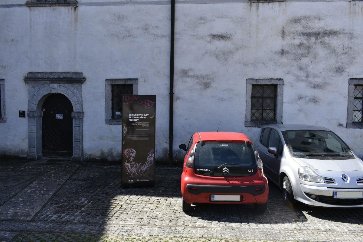 Parkirišče pred drugim vhodom