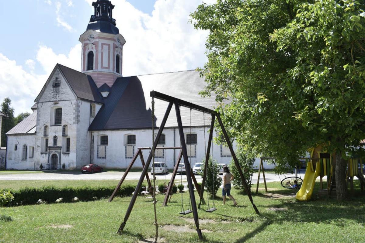 Igrala in parkirišče ob cerkvi