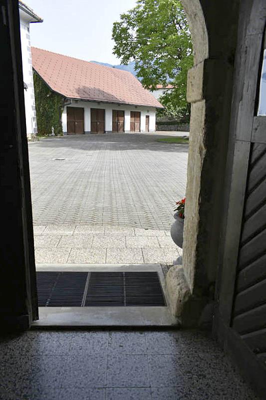 Vhod ima nekoliko praga