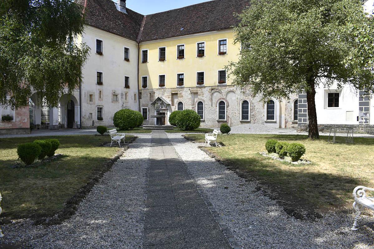Dvorišče pred križnim hodnikom