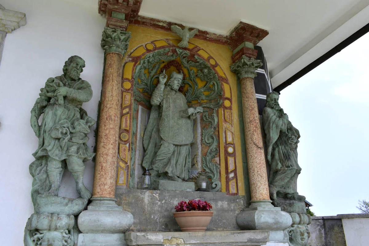 Oltar v vhodni lopi