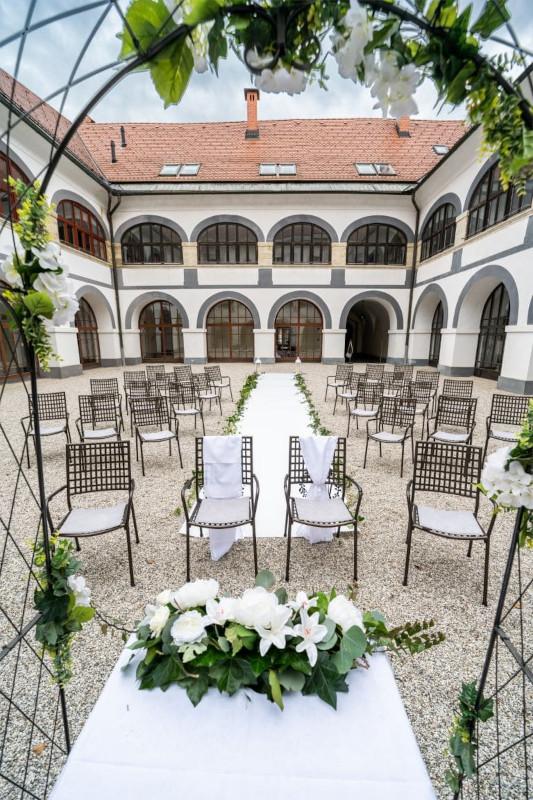 Na zunanjem dvorišču potekajo tudi poroke