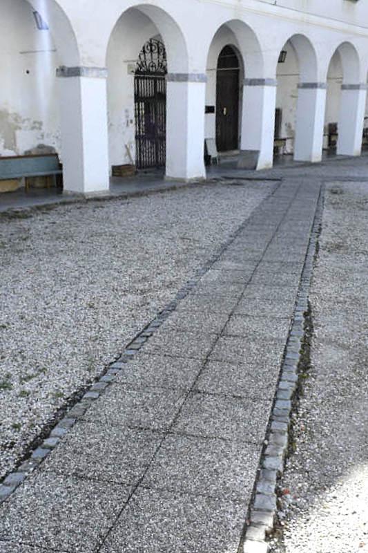 Tlakovana pot po dvorišču