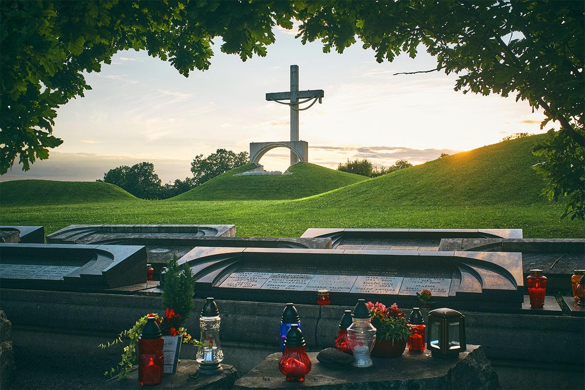 Nove Žale s spomenikom žrtvam padlim v vojni za Slovenijo 1991